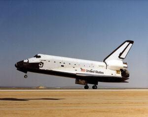 Challenger přistává po své první kosmické cestě...