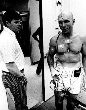 K lékařským experimentům měl Story vždy blízko - zde v roce 1977