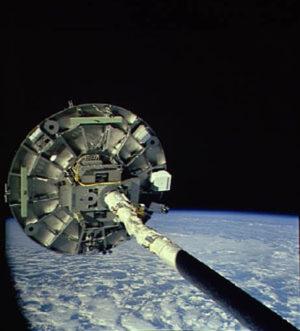 """Pluh na vakuum""- Wake Shield Facility na konci manipulátoru RMS"