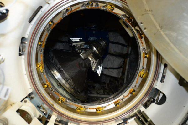 Pohled do ATV-5 v minulém týdnu těsně před uzavřením poklopu. Uprostřed je aktivní část ruského dokovacího systému.