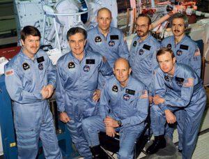 Posádka STS-51-F během výcviku (zleva: England, Henize, Musgrave, Fullerton, Acton, Bridges, Bartoe)