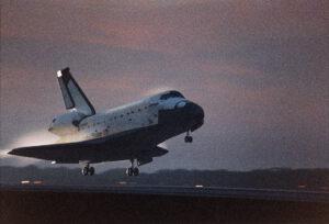 Columbia přistává za ranního šera, Story je stále ještě na letové palubě...