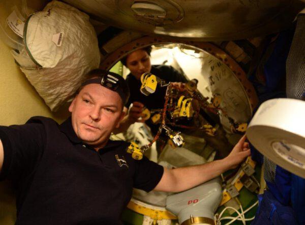 Před uzavřením poklopu jsme odstranili 16 žlutých svorek, které pomáhaly držet ATV-5 pevně připojenou k ISS.