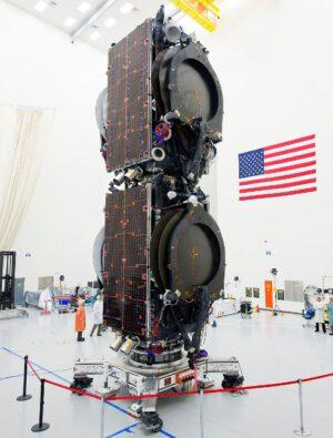 Eutelsat 115 West B a ABS 3A po spojení - Eutelsat je dole, ABS nahoře