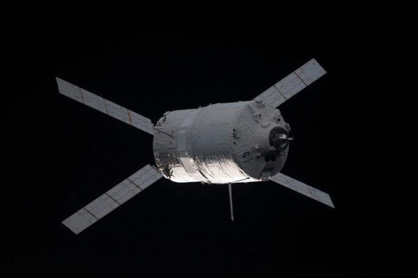 ATV s vysunutou dokovací sondou.