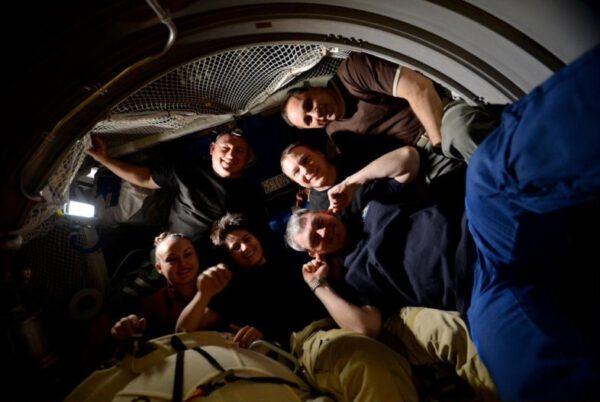 Skupinové foto v ATV-5 před uzavřením poklopu minulý pátek. Bylo těžké namačkat nás 6 do malého zbývajícího prostoru.