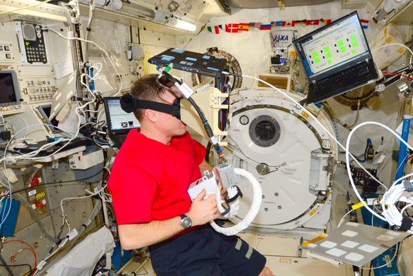 Nepropadejte panice! Terry trénuje použití systému SAFER pomocí virtuální reality. SAFER je systém trysek, který používáme k tomu, abychom se dostali zpátky k ISS, kdybychom během výstupu do volného prostoru odlétli pryč.