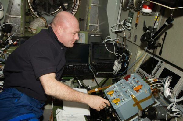 André Kuipers před ovládacím panelem ATV.