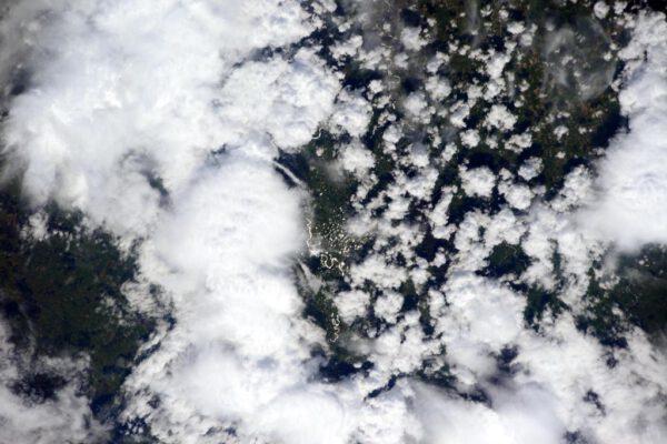 """""""Zdravím Nový Zéland! Pod mraky vidím záplavu zelené a vody."""""""