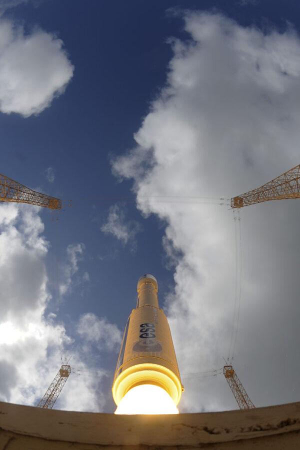 Originální pohled na startující raketu Vega