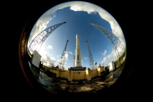 Velmi originální pohled na raketu Vega na startovní rampě
