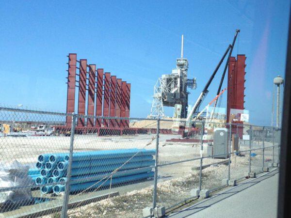 Stavba montážní haly pro raketu Falcon Heavy