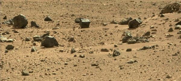 Sol 419 - palubní kamera MastCam vyfotila další zajímavý kámen, který vypadá jako kamenná kostka.