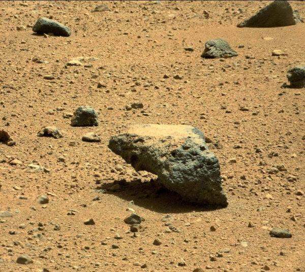 Palubní kamera MastCam vyfotila během solu 417 tento kámen, který vypadá jako kdyby porušoval gravitaci.