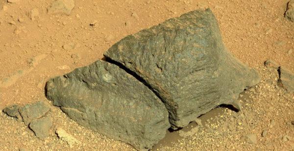 Sol 422 - kamera MastCam vyfotila kámen rozdělený na dvě části - navíc i s malým ostrým hrotem ve spodní části.
