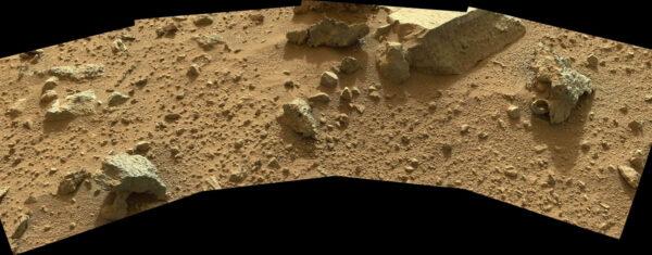 Panorama okolí vozítka složená ze snímků kamery MasttCam během solu 426