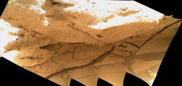 Opět kamera MAHLI - sol 4423. Tentokrát byly snímky záměrně přeexponovány, aby bylo možné vidět detaily kamene ve stínu.
