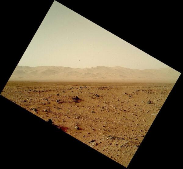 Kamera MAHLI vyfotila při solu 455 okraji kráteru Gale
