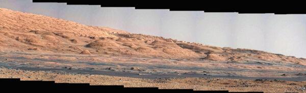 Kamera Mast Cam nafotila při solu 467 úpatí hory Mount Sharp.