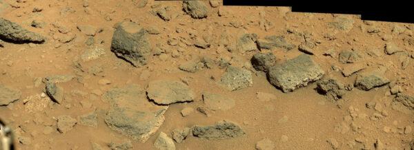 Mozaika z fotek kamery MastCam ze solu 470.