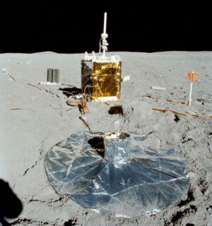 Část soupravy ALSEP, zde konkrétně mise Apollo 16