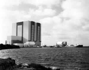 Začátek konce: části posledního lunárního Saturnu V putují do hangáru VAB...