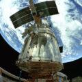 Scéna z IMAX 3D filmu natočená ve vesmíru z nákladového prostoru raketoplánu během servisní mise u Hubbleova vesmírného teleskopu.