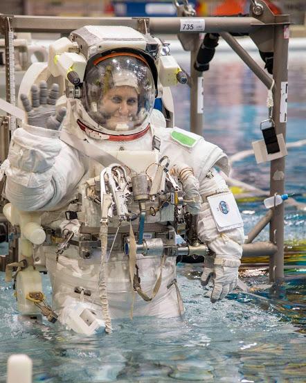 Fotografie byla pořízena včera během mého výcviku v bazénu spolu s mým kolegou z Expedice 43 Scottem Kellym - členem posádky, který na ISS stráví jeden rok.