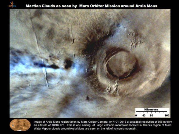 Pohoří Arsia Mons vyfocené kamerou MCC 4. ledna 2015 z výšky 10 707 kilometrů s rozlišením 556 metrů. Jedná se o jeden z  vulkánů v regionu Tharsis. Na levé straně sopky vidíme mraky vodní  páry