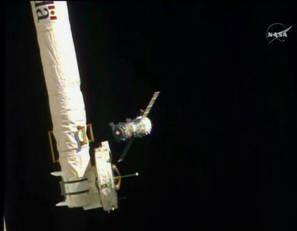 Sojuz TMA-14M za staniční robotickou paží.