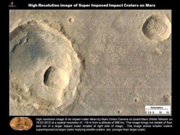 IImpaktní kráter vyfocený ve vysokém rozlišení palubní kamerou MCC. Snímek byl pořízen 19. února 2015 z výšky 366 kilometrů. Rozlišení fotky je cca. 19 metrů. Tento obrázek ukazuje detaily dna a okraje velkého impaktního kráteru v pravé části fotky. Vidíme i nakolik menších kráterů, které pokrývají větší kráter. Tyto malé krátery jsou geologicky mladší než  velký kráter, na kterém vznikly.