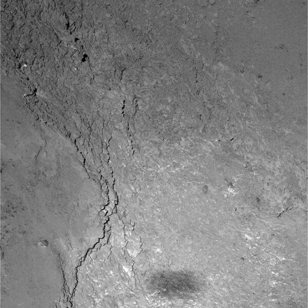Kamera OSIRIS vyfotila 14. února 2015 lokalitu Imhotep s rozlišením 11 cm / pixel. V dolní části je vidět stín sondy.