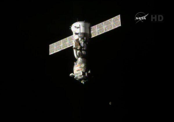 Sojuz se odděluje od ISS a veze s sebou Barryho Wilmora, Alexandra Samokuťajeva a Jelenu Serovovou.