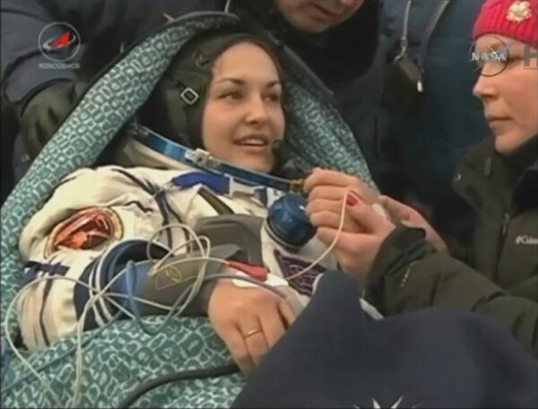 Astronauti se okamžitě podrobili základní lékařské prohlídce.