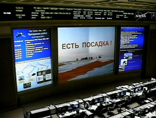 Zpráva na velké obrazovce v řídícím středisku v Koroljovu potvrzuje úspěšné přistání návratové kabiny.