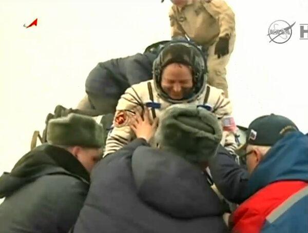 Kabina zůstala po přistání stát vzorně kolmo. Kosmonauti se tak museli spouštět po skluzavce - zde Barry Wilmore.