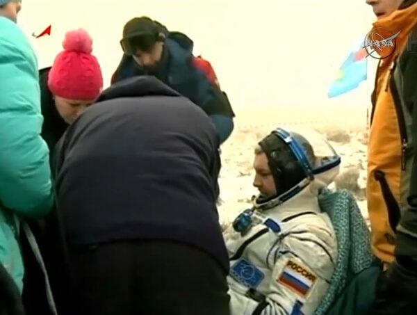 Alexander Samokuťajev v pohodlném křesle s nezbytnou teplou dekou.
