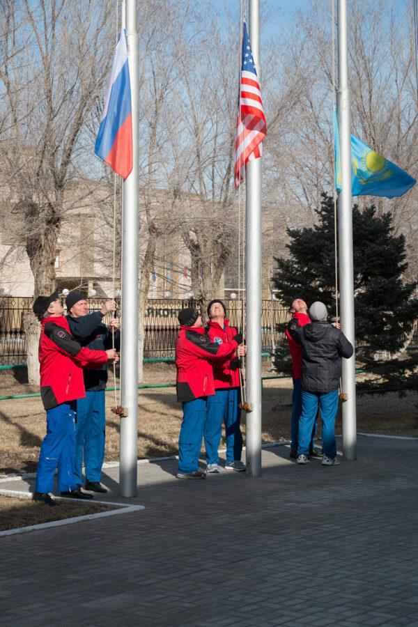 Na ceremoniálu se podílejí členové hlavní a záložní posádky společně