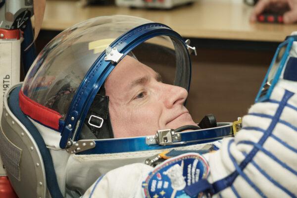 Scott Kelly při zkoušce skafandru. Ta se provádí vleže - ve stejné poloze budou astronauti při startu.