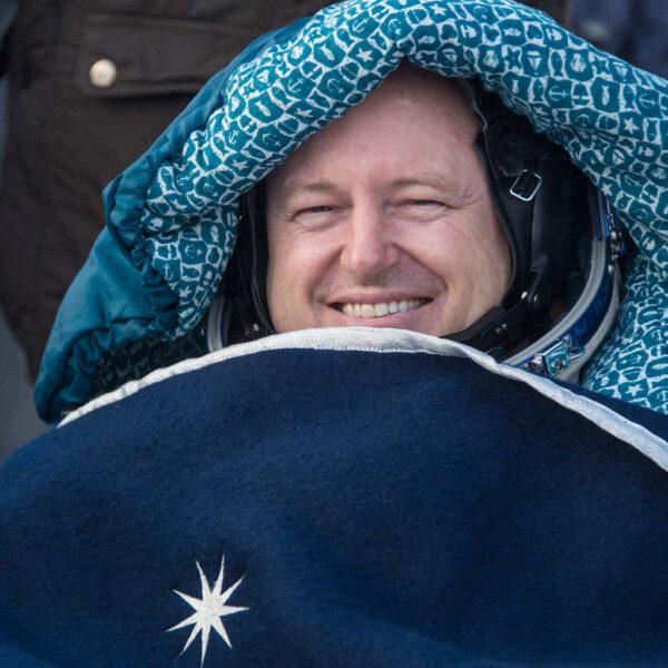 Barry Wilmore - v životě už strávil ve vesmíru 178 dní.  Velitel 42. expedice zamíří přes Skotsko a Kanadu (kde agenturní Gulfstream III bude doplňovat palivo) do Houstonu.