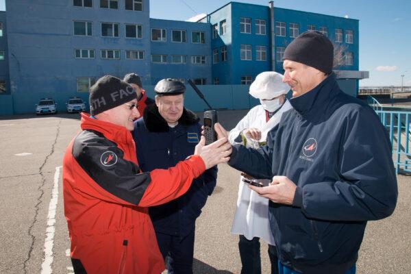 Scott Kelly a Gennadij Padalka testují satelitní telefon, který by se použil v případě krizového přistání.