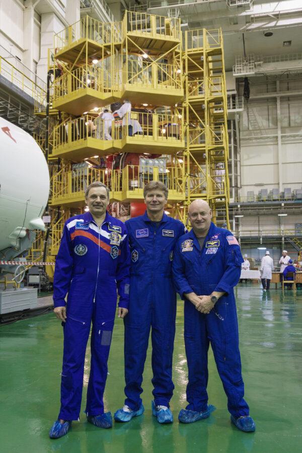 Posádka kosmické lodi Sojuz TMA-16M. Zleva Michail Kornienko - Gennadij Padalka - Scott Kelly.