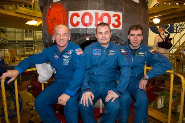O této trojici se moc nemluví - neprávem.  Je to náhradní posádka Sojuzu TMA-16M, která by letěla na ISS pokud by se s primární posádkou něco stalo. Zleva Jeffrey Williams - Alexej Ovčinin - Sergej Volkov