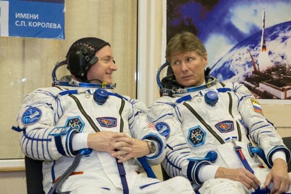 Zatímco Scott Kelly (vlevo) stráví na ISS jeden rok, Gennadij Padalka (vpravo) se vrátí domů už po půl roce.