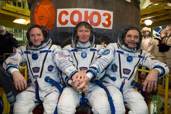 Posádka před svou lodí Sojuz TMA-16M. Zleva Scott Kelly - Gennadij Padalka - Michail Kornienko