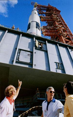Astronauti Apolla 17 během přepravy své rakety na rampu