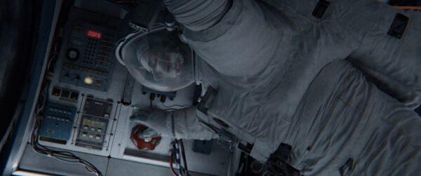 Červený ventil, kterým Dr. Stone otáčí, by do komory vzduch nenapustil.