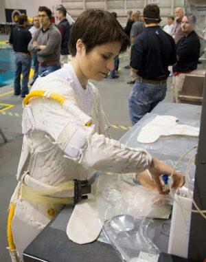 Chladící spodní prádlo je změtí sta metrů malých trubiček.