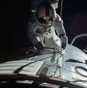 Ron Evans objektivem Jacka Schmitta během cislunární EVA