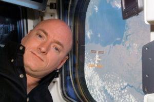 Scott Kelly během přibližování k ISS při misi STS-118